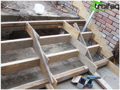 Pouring concrete staircase with a width exceeding the standard dimensions