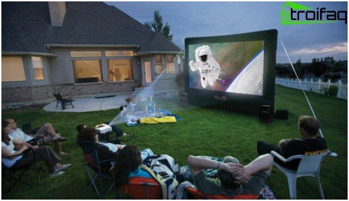 Full-size screen, portable projector, powerful speakers, easy chairs, garden benches and cushions can be quickly set up on the lawn or in the garden and removed immediately after watching the film