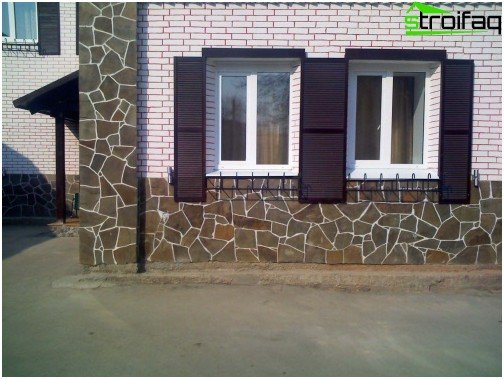 Decorating the house with natural stone foundation