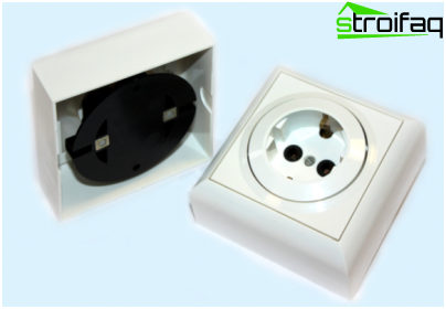 Socket with earthing bill