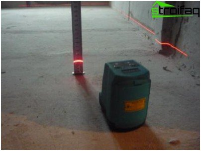 Checking the floor with a laser. The slope exceeds the permissible 50 mm, and the developer has to align his or reimburse the customer the cost of alignment.