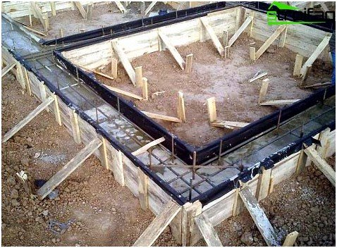 Formwork must stand firmly, therefore, outside the backup set