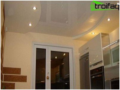 Isolation of functional areas through a combination of the construction of plasterboard ceilings in the kitchen