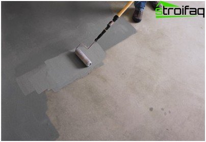 On the concrete floor is applied to two / three coats of paint