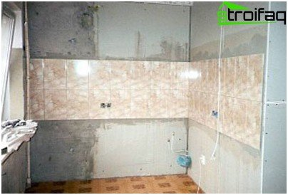 Laying of large elements of the tile cladding is better to start from the center of the wall