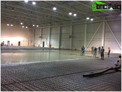 Laying of industrial floors - distribution of topping