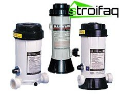 Dispensers of chlorine for swimming pools