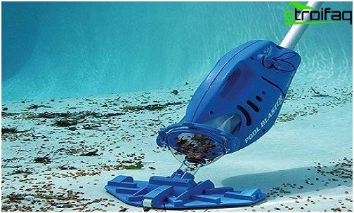 Handheld vacuum cleaner for swimming pools