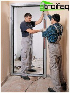 Verifying the installation of the door by means of level
