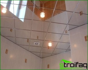 Mirrored ceiling in the bathroom with their hands