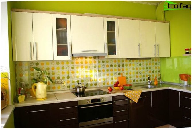 Green wallpaper in the kitchen