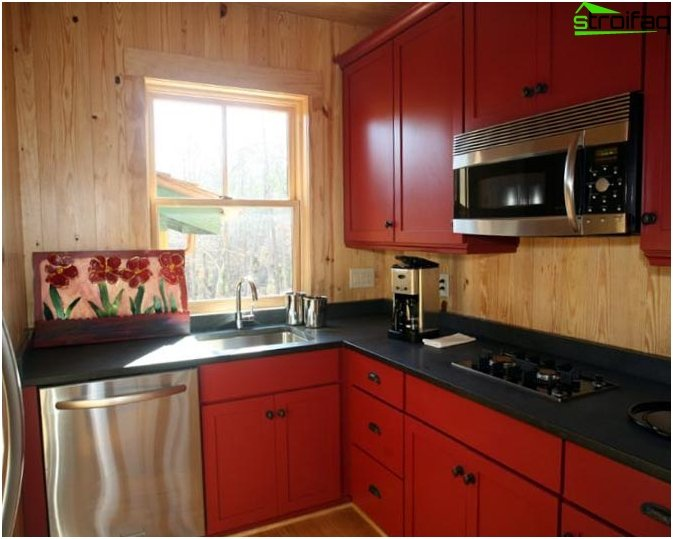 Kitchen with red tones