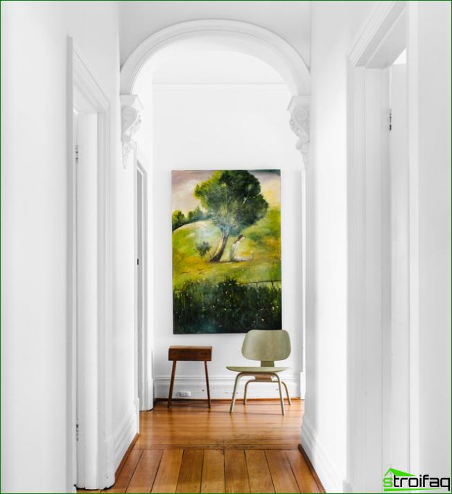 Tack vare väggmålningarna blir den vanliga inredningen full