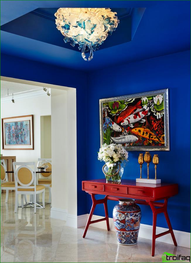 Författarens arbete i rika färger i korridoren