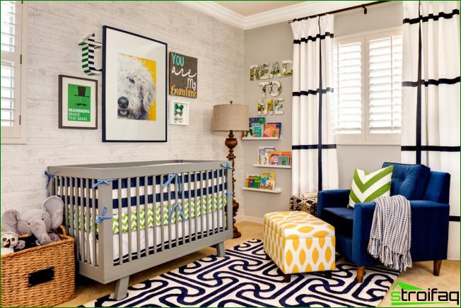Ljusa väl upplysta barnrum med dekorativa målningar på spjälsängen
