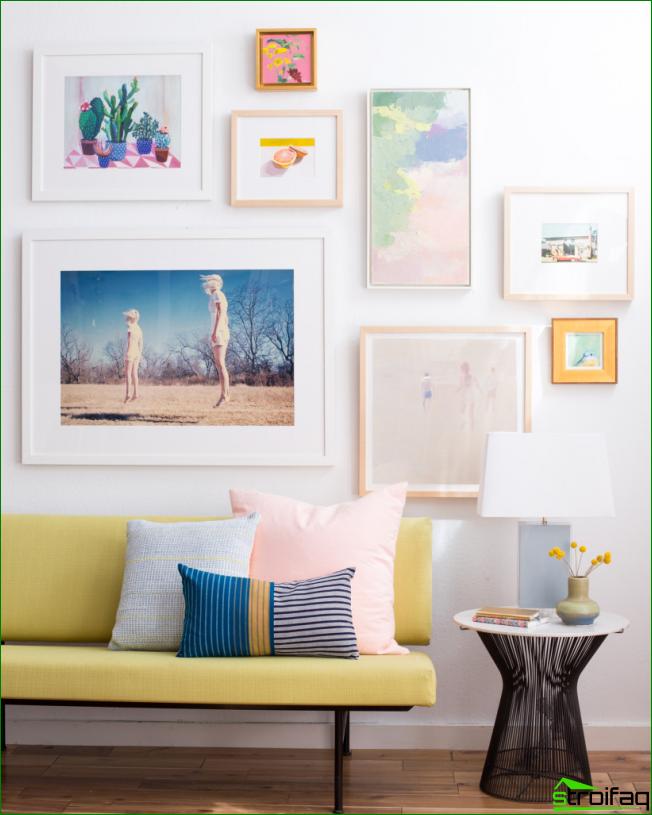 Väggpanel i vardagsrummet från små målningar i blandad riktning