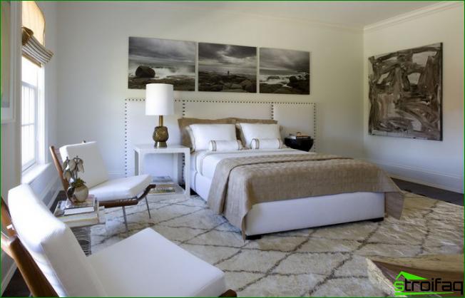 Placering av målningar i sovrummet hela sänghuvudets bredd