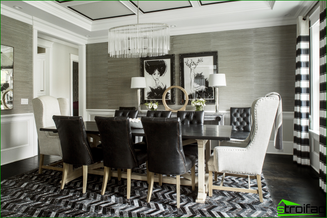 Very atmospheric dining area in black and white with graphic elements in the interior and two paintings in the same spirit