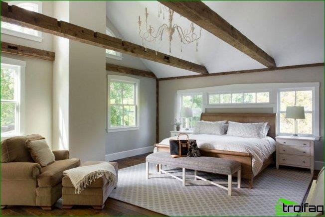 The harmonious combination of windows of different size and headboard