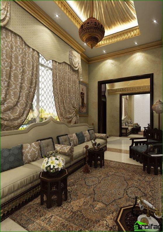 oosters tapijt in harmonie met kussens en gordijnen in het interieur