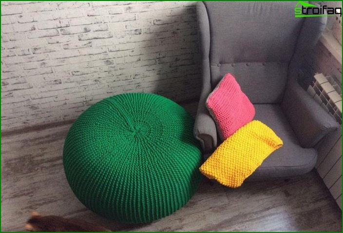Knitted pouffes in the interior 8