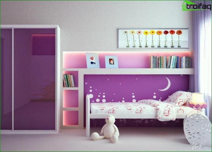 White wallpaper in the bedroom