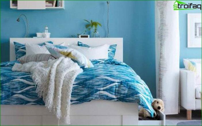 Blue wallpaper in the bedroom