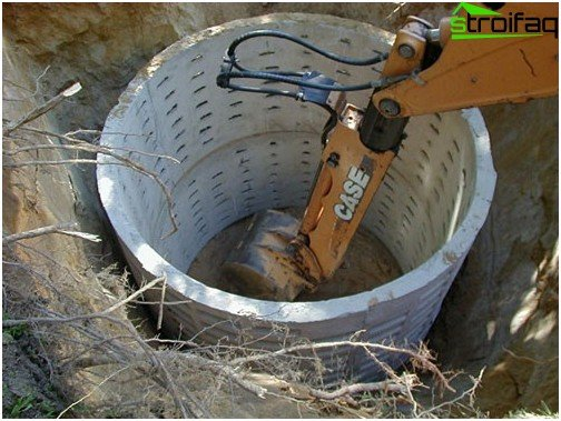 Installation of concrete rings in a cesspool