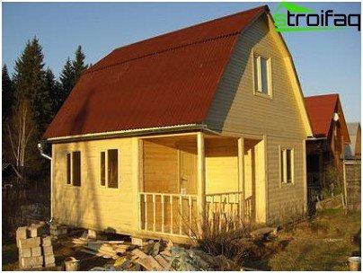 Twee verdiepingen tellende sauna gemaakt van hout