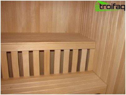 Bank en planken binnen het bad van hout