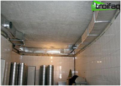 Goede ventilatie van de kelder, die wordt gebruikt om de sportschool, de biljartkamer uit te rusten