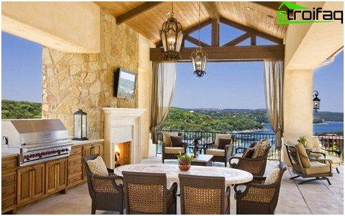 Klimatiske forhold gjorde det muligt at placere et hjemmebiograf på den udendørs terrasse i et hus på stationær stil, og møblerne til det svarer til interiørets stil