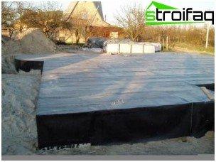 Abdichtung des Plattenfundaments mit Dachmaterial