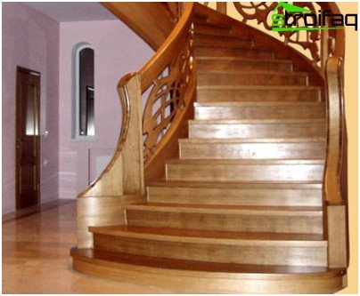 In combination of different types of wood in tone and texture, the true beauty of the wooden staircase is manifested