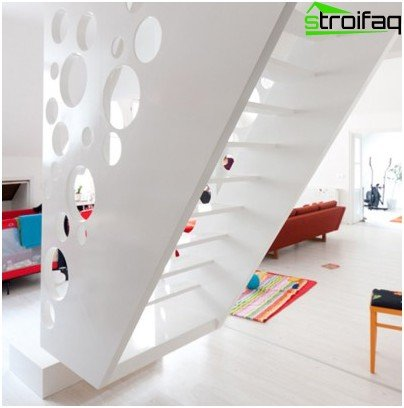 The snow-white laconic wooden staircase in the nursery is similar to an alien from space