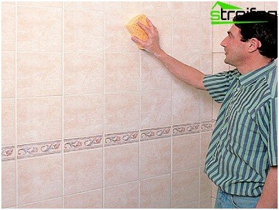 We remove the remains of the fugue from the tile with a sponge
