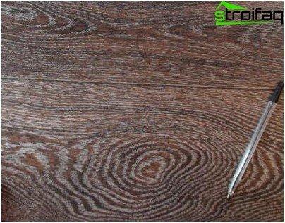 Nachahmung der natürlichen Holzstruktur auf Linoleum