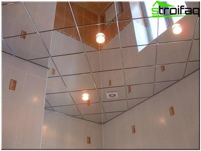 Spejlet loft i badeværelset