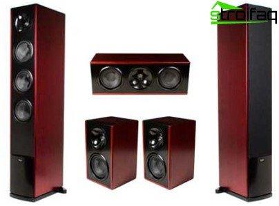 Акустичната система в дървен калъф в сравнение с пластмасова осигурява по-високо качество на звука