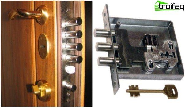 Indgangsdør i metal med niveaulås