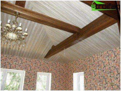 السقف مبطن بلوح اللوح ومطلي بطلاء أبيض.