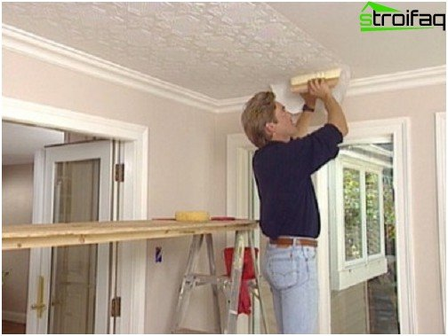 Gluing wallpaper to the ceiling