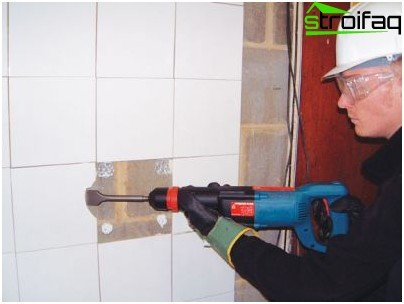 Removing wall tiles using a hammer drill