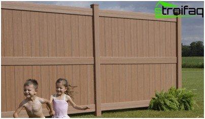 골판지 및 기타 재료로 여름 거주지를위한 울타리를 만드는 방법