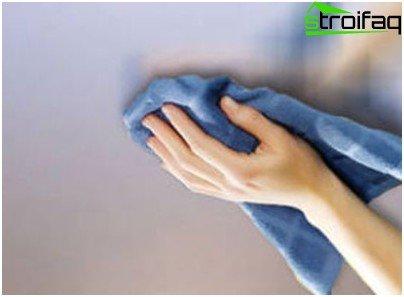 Gebruik geen harde borstels om spanplafonds te wassen, gebruik alleen zachte doeken gemaakt van vezeldoek, flanel of zijdezachte vezels
