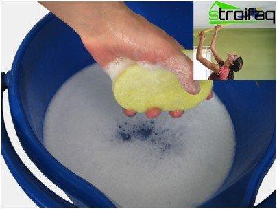Om sterke verontreinigingen van het spanplafond te verwijderen, volstaat het om het wasmiddel in warm water en een zachte cirkelvormige beweging te verdunnen met een spons of een dweil om het vuil van de doek af te spoelen
