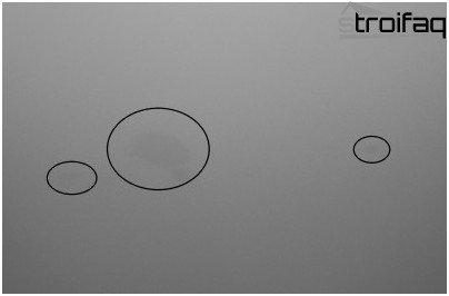 Hartnäckige Flecken von stumpfen, matten oder Wildleder-Leinwänden können mit einem Reinigungsmittel für Spanndecken oder einem normalen Radiergummi entfernt werden