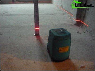 Provjera razine poda laserom. Nagib premašuje dopuštenih 50 mm i programer ga mora uskladiti ili nadoknaditi kupcu troškove usklađivanja.