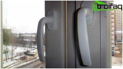 Prozor je instaliran s kršenjima i bit će podložan zamjeni: pri zatvaranju ostaje razmak između krila i okvira