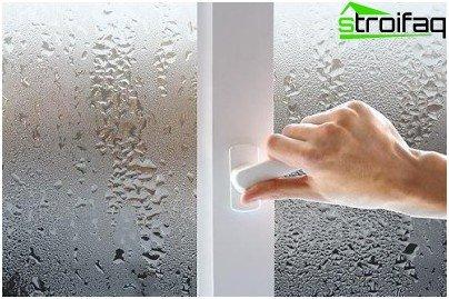 Подмяната на старите прозорци със запечатани прозорци с двоен стъклопакет нарушава естествения обмен на въздух и влошава вентилацията в апартамента: влажността на въздуха се повишава, прозорците се потят, появява се миризмата на влага